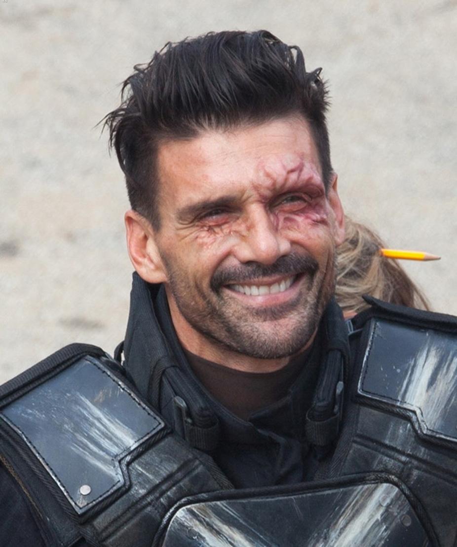《美国队长3:内战》曝光交叉骨全新片场照!继续由大帅哥Frank Grillo扮演!由于在《美队2》里最后遭遇重伤而毁容,所以在前几天曝光的《美队3》片场照里,他戴上了头盔。这次把头盔摘下来,可以看到眼睛周围做了特效化妆!不知道片中造型是否也是如此,毕竟上部最后毁得太狠!这样看依然帅![亲亲]
